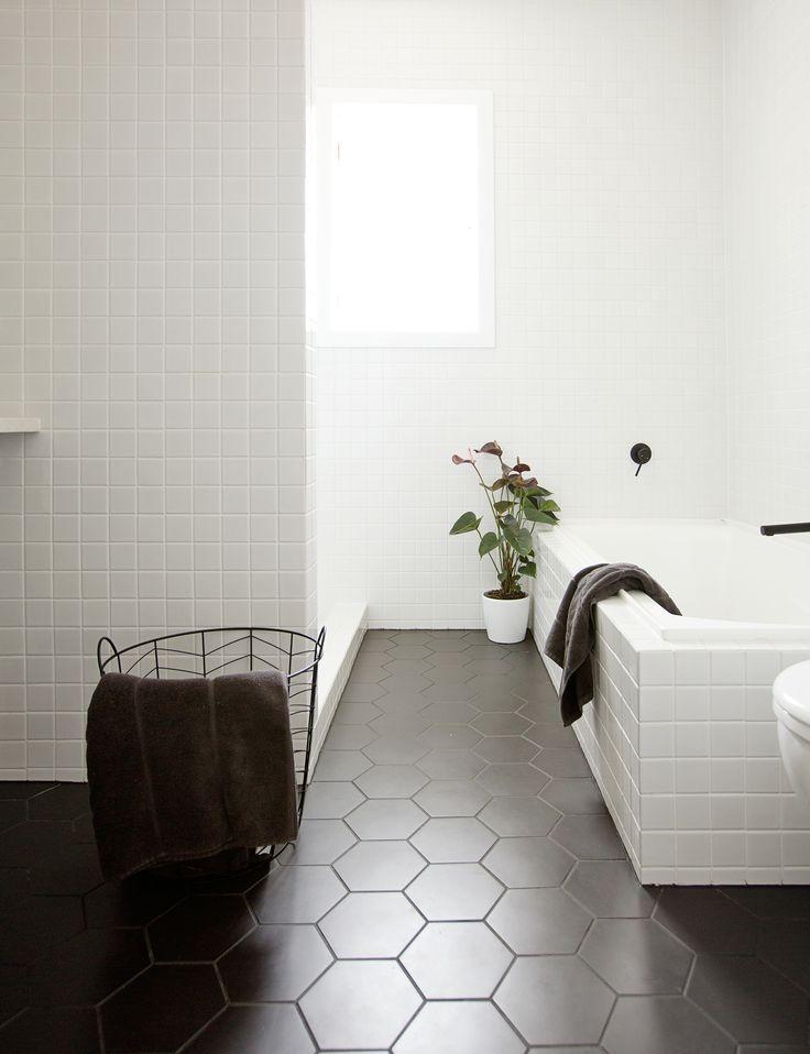 Simpele badkamer met zwarte tegels. Wilt u uw badkuip schoonmaken ?