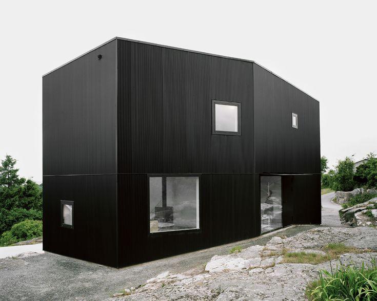 Villa med svart, korrugerad stålplåtsfasad. Arkitekt: Johannes Norlander Tumle / Foto: Rasmus Norlander