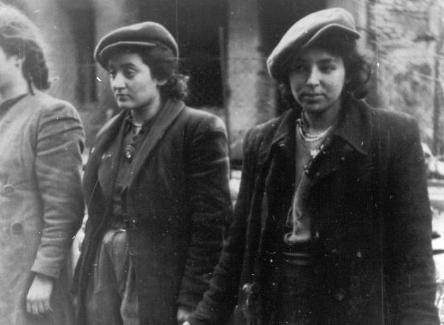 World War II in Pictures — Female Jewish fighters in Warsaw Ghetto Uprising...