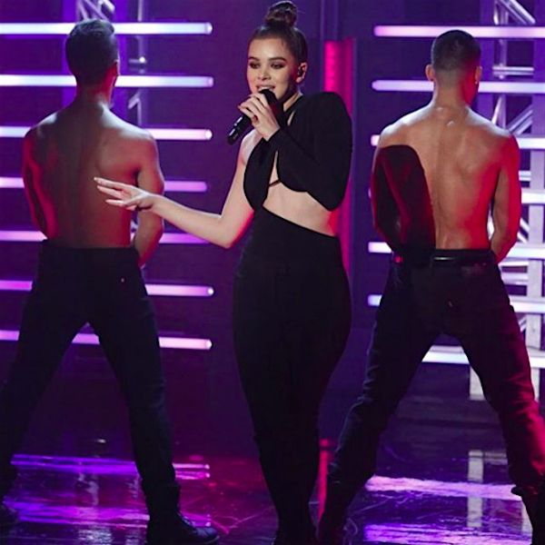 """Hailee Steinfeld Was """"Starving"""" For """"Late Night With Seth Meyers"""" - http://oceanup.com/2016/09/08/hailee-steinfeld-was-starving-for-late-night-with-seth-meyers/"""