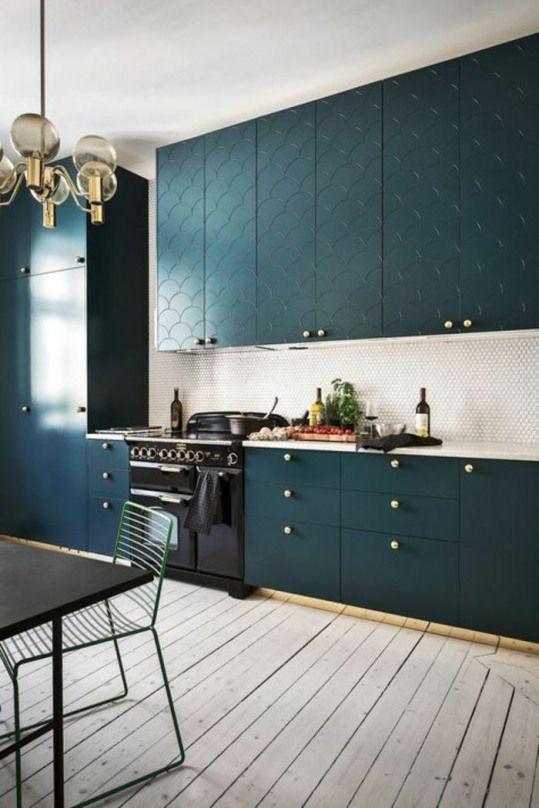 Cuisine Bleu Canard Meuble Bleu Canard Luminaire Avec Cinq Grandes Boules De Verre Parque Blue Kitchen Interior Trendy Kitchen Backsplash Modern Kitchen Design