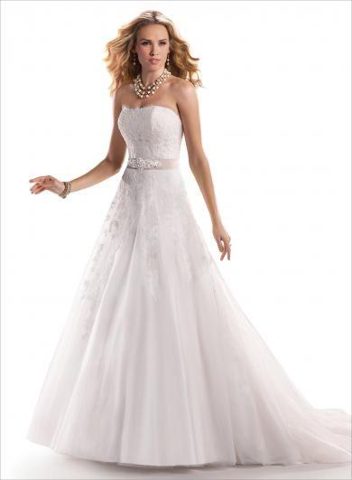 """Maggie Sottero NADIA - Obľúbené nadčasové šaty pre romantickú nevestu, ktorá miluje tradície. Jemné tylové šaty s čipkou v """"A"""" línii, ktoré zvýrazňuje stuha alebo štrasový opasok."""