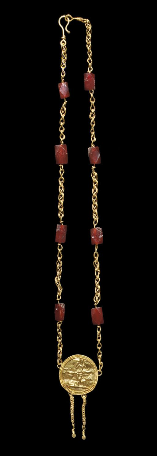 A ROMAN GOLD AND CARNELIAN NECKLACE -  CIRCA 2ND-3RD CENTURY A.D.