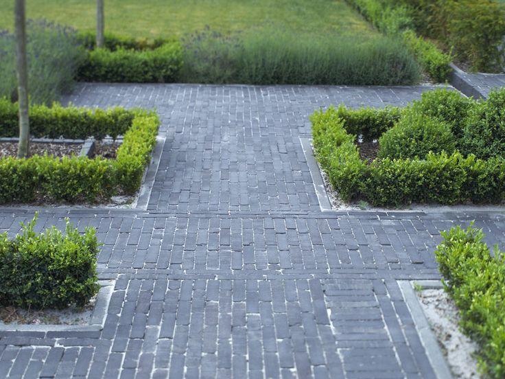 Klassieke tuin met buxus haagjes en  nostalgische Terra Lucca Antica gebakken klinkers van Bylandt