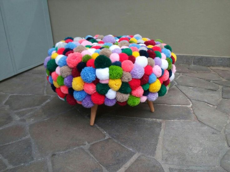 Pufe de pneu com capa de pompons e pes palitos! Lindissimo e feito por mim.  Blog www.miriamzanini.com