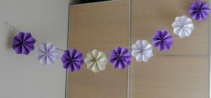 Erg leuk om zelf deze papieren bloemenslingers maken voor een feestje. Om mijn…