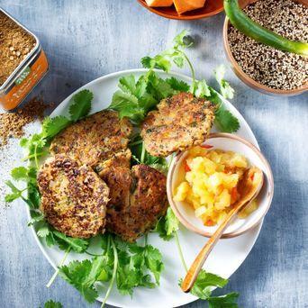 Zoete aardappel 'aloo tikki' met quinoa, koriander en Original Spices Garam Masala.
