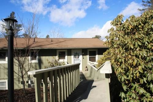 Village Green C5 Blowing Rock (North Carolina) Situated in Blowing Rock, this air-conditioned apartment features a patio with mountain views. The unit is 10 km from Boone.  There is a seating area and a kitchen. A TV is offered. There is a private bathroom with a bath.