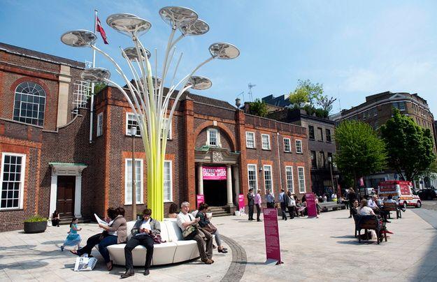 A londoni műnövény árnyékában - A képeken látható Solar Tree nevű napenergiával működő városi világítási rendszert a technológia, az anyagtudomány és a természetes formák iránt elkötelezett walesi tervező, Ross Lovegrove álmodta meg és az Artemide nevű cég készítette el. - Manzárd Café