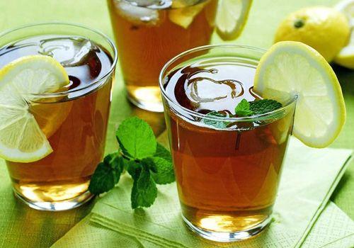 Quer relaxar? Esquecer o estresse, a ansiedade, o calor? Prepare um delicioso chá gelado de erva-cidreira e aproveite todos os benefícios desta planta!