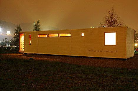 Casa Minga.  Vivienda transportable, modulada y totalmente prefabricada. Se usó REBEST para los muros interiores y cielo. Como revestimiento exterior se utilizó terciado film MDO café. Arquitecto: Alejandro Dumay