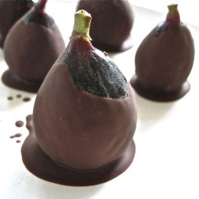Vijgen met Tia Maria en pure chocola. Was de vijgen voorzichtig in water en let er op dat de schil heel blijft. Laat de vijgen goed drogen of droog ze voorzichtig met wat keukenpapier. (De chocolade blijft niet zitten op vijgen als ze nog nat zijn)  Injecteer de vijgen met Tia-Maria-likeur  Smelt de chocolade  au bain-marie. Pak de vijgen bij het steeltje en dompel ze in de gesmolten chocolade en doe ze vervolgens in de vriezer.   Bij gebruik laat je deze súperbonbon een beetje smelten.