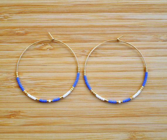 Créoles 45mm plaqué or Gold filled 14 carats perles Miyuki bleu roi, blanc et doré 45mm