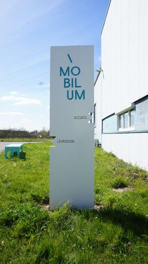 TOTEM MOBILUM / design Spritz en béton fibré ultra hautes performances