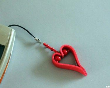 Valentin napi kreatív ötletek: Szives kulcstartó    http://www.hobbycenter.hu/Unnepek/szives-telefoncsueng.html#axzz2LeuGgCUw