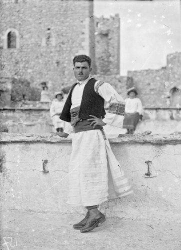 Πυργούσιος με παραδοσιακή ενδυμασία. Πυργί Χίου, 1912-1928 Περικλής Παπαχατζιδάκης