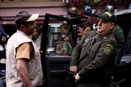 El Agente Wilson Tenorio también da propina.