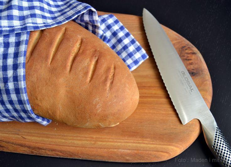 Det er så sjældent, at jeg bager et rigtigt gammeldags franskbrød. Og med gammeldags mener jeg sådan et lyst brød bagt på hvedemel, lidt mælk, lidt smør, gærog ellers ikke ret meget andet. Ingen surdej, ingen kerner og ingen grove meltyper. Mortens mor er verdensmester i at bage den slags brød, faktisk er hun berømt …