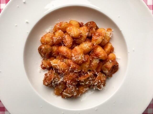 Gnocchi met verse worst | Dit recept voor gnocchi wordt bereid met verse worsten van de slager en een heerlijke zelf gemaakte tomatensaus | Bekijk het recept op Alles Over Italiaans Eten
