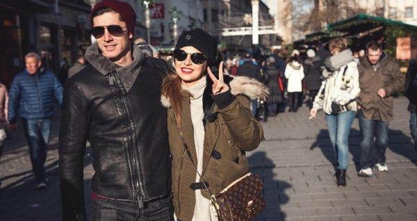 Anna Lewandowska ma torebkę za 5,5 tys. zł. Anna Lewandowska chwaląc się romantycznym zdjęciem z Walentynek, zaprezentowała przy okazji swoją torebkę od Louis Vuitton wartą 5500 złotych. To i tak nic przy torebkach dziewczyny Krychowiaka. - http://www.sportfejm.pl/anna-lewandowska-ma-torebke-za-55-tys-zl/7478/