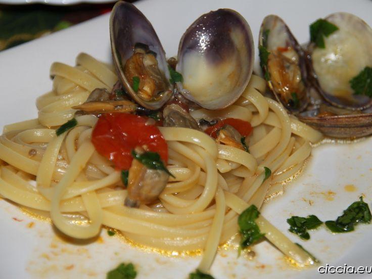 La pasta con le vongole è un primo piatto classico della cucina napoletana e può essere gustato sia in bianco che con l'aggiunta di pomodori ciliegina.In entrambi i casi il gusto è eccezionale, ricco di sapori e profumi.