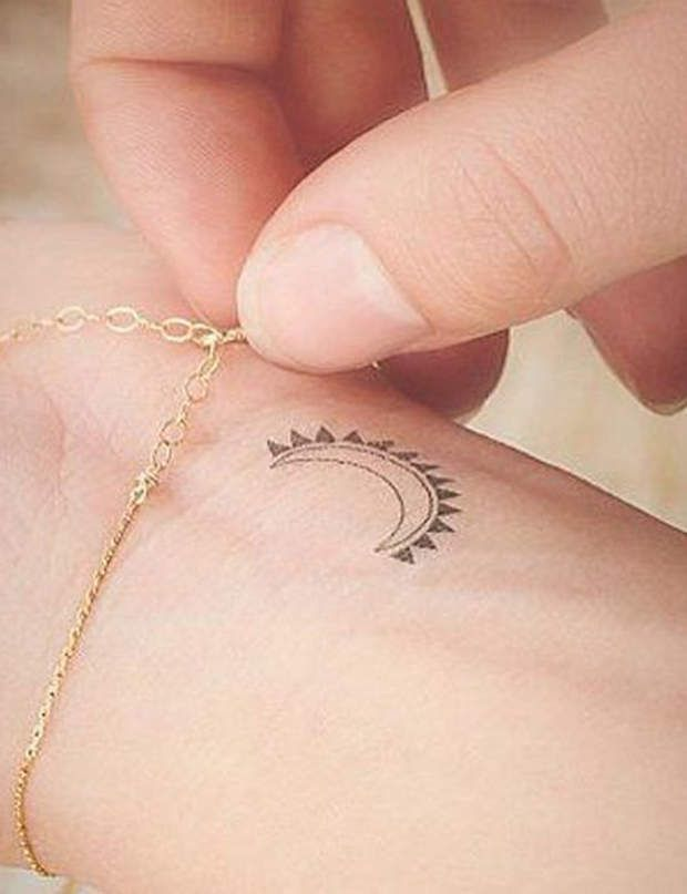 Tatouage discret sur le poignet