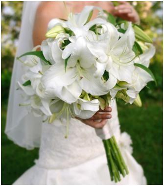 BOUQUET EFFETTO TOTAL WHITE - I gigli, o lilium, come l'iris, possiedono una bellezza elegante e sontuosa: candidi o sfumati di rosa, saranno meravigliosi insieme a rose dal colore acceso oppure orchidee. Se ami uno stile minimal, usa contrasti forti avvicinando il bianco a sfumature intense come fucsia, bordeaux e viola #whiteweddingitaly #bouquetSposa #bouquet