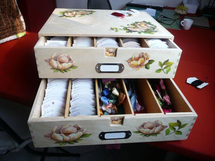 Ho acquistato una scatola grezza da Ikea e con un po' di decoupage e l'aiuto di papà ...