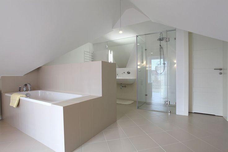 Zabudowana wanna w przestronnej białej łazience. #design #urządzanie #urząrzaniewnętrz #urządzaniewnętrza #inspiracja #inspiracje #dekoracja #dekoracje #dom #mieszkanie #pokój #aranżacje #aranżacja #aranżacjewnętrz #aranżacjawnętrz #aranżowanie #aranżowaniewnętrz #ozdoby #łazienka #łazienki #wanna