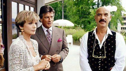 """Uschi Glas, Pierre Brice und Regisseur, sowie Schauspieler zugleich Otto Retzer in der Serie """"Ein Schloss am Wörthersee""""."""
