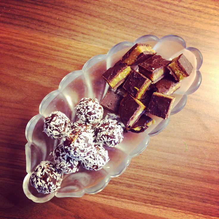 Raw food-kakor -- Nötbas: Mixa nötter eller frön tills de börjar bli krämiga. -- Chokladbollar: Nötbas, hackade dadlar, vanilj, kakao, lite salt. Ev en skvätt vatten. Rulla i kokosflingor. -- Citronrutor: Nötbas, citronskal, citronsaft (alt lime eller apelsin), fast honung, torkad ingefära. Täck med choklad av rumsvarm kokosolja, fast honung, salt, vanilj och kakao. -- Kyl så de blir fasta!