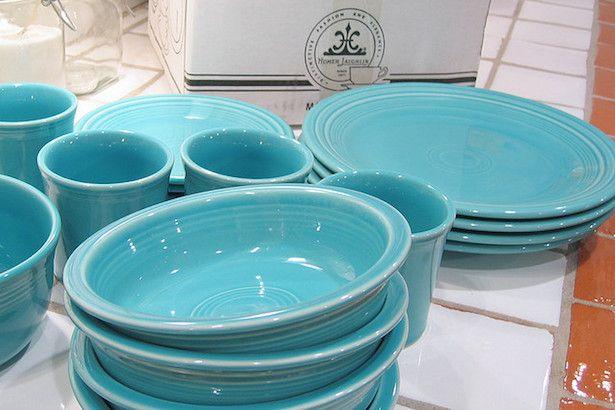 Empilhe os pratos, dividindo por tipo: prato fundo, raso e de sobremesa. A disposição deixa o armário mais harmonioso e prático.