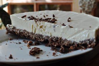 Cheese-Cake au caramel et chocolat ...Ingrédients: 200g de crêpes dentelle (Gavottes®) 240g de chocolat au caramel 30 morceaux de sucre 20cl d'eau 60g de beurre salé (ou demi-sel + 1 bonne pincée de sel) 8c. à soupe de crème fraîche épaisse 25cl de crème liquide entière 250g de fromage frais (type St-morêt® ou Philadelphia®)