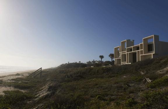 The Oceanfront Townhouses, bâtiment aux allures de vaisseau construit en 1982 par William Morgan.