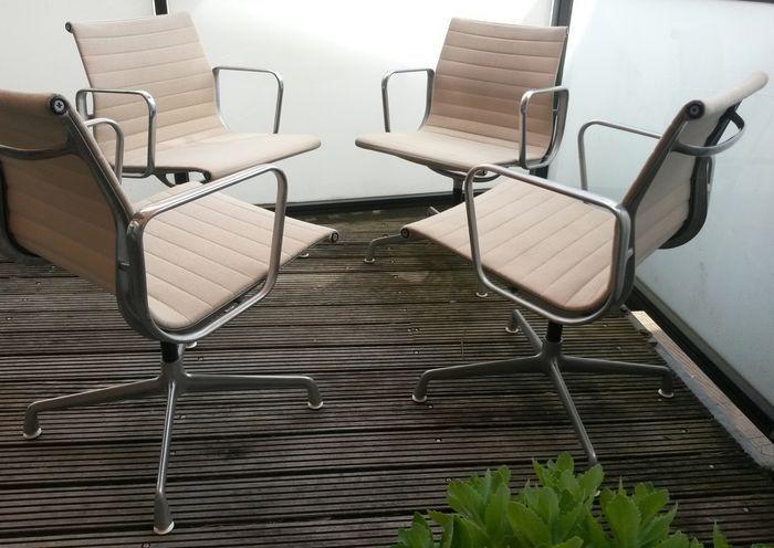 Charles & Ray Eames voor Herman Miller -EA 108 Stoelen (4 stuks)  -4 Eames stoelen model EA 108;-het zijn Herman Miller exemplaren (gesigneerd);-nette beige hopsak bekleding;-draaibaar;-met gebruikssporen (vintage);-aluminium frames;-alle vier hebben het nummer 938-138;-af te halen in Breda.  EUR 600.00  Meer informatie