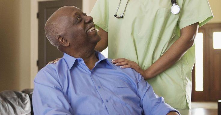 Las funciones de las enfermeras geriátricas en la comunidad . Las enfermeras geriátricas se especializan en el cuidado de personas mayores que necesitan asistencia regular. Las enfermeras en esta especialidad desempeñan un papel muy importante al garantizar que las personas de edad en una comunidad dada sigan disfrutando de una alta calidad de vida y que reciban la atención médica que requieren. Las ...