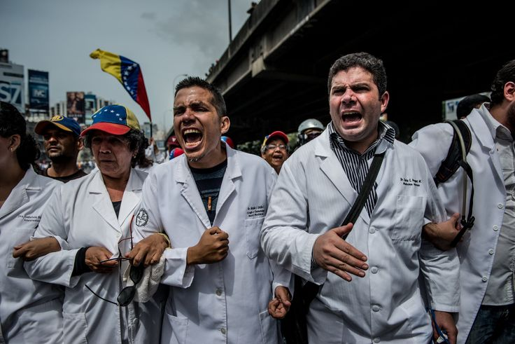 These photographs, taken over four weeks, capture the daily turmoil that antigovernment protests have brought to the streets of Caracas.