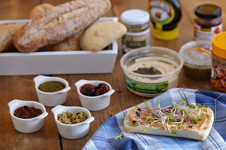 Wat is er makkelijker dan even een boterham besmeren met wat lekkers? Als je plantaardig gaat eten moet je er even aan wennen welke broden over blijven, want veel brood bevat helaas varkensvet (vermomd als E472). Biologisch brood, oerbrood en Allison brood bevat dit E-nummer niet. Kijk ook eens op de Vegan Wiki voor meer specifieke merken plantaardig brood.