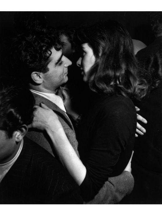 Robert Capa avec une inconnue. (Date indéterminée).