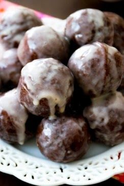 """~ I've never tried Dunkin's but these were really yummy! My boys sang me the """"Mom is great, she gave us chocolate cake"""" song! :) ~ sweet P recipes: Do-It-Yourself Dunkin's - chocolate glazed donut holes"""
