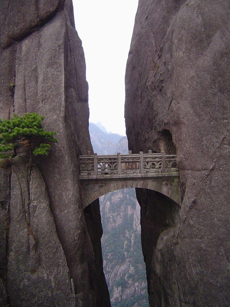 Chine - Pont de pierre des monts Huang, ou Huang Shan ou monts Jaunes, massifs montagneux de l'Anhui méridional, province de l'est de la Chine. Voir l'escalier :  http://upload.wikimedia.org/wikipedia/commons/thumb/4/4a/Yellowmountain.jpg/800px-Yellowmountain.jpg #china #architecture #bridge