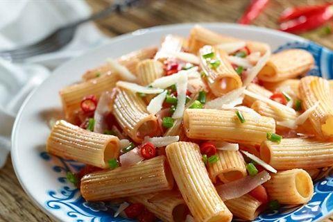 Przepis na szybki i pyszny obiad – makaron penne z szynką parmeńską i kremowym sosem pomidorowym.