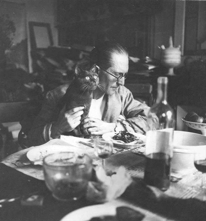 Fondation Le Corbusier - BIOGRAPHIE - Charles-Édouard Jeanneret dans son appartement rue Jacob à Paris, vers 1920