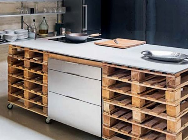 cucina-ad-isola-con-bancali How to create a kitchen island with pallets