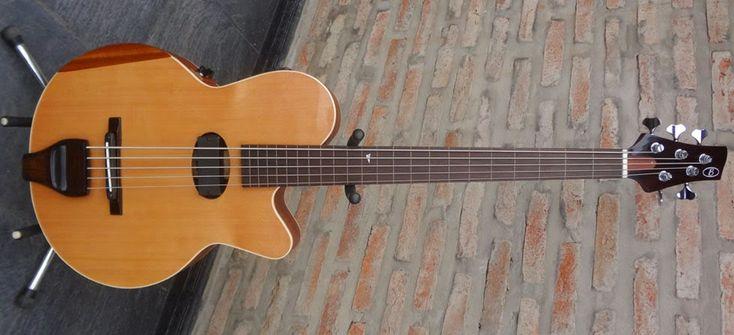 Batan Luthier: Bajo Acústico Modelo Willy González 5 Cuerdas