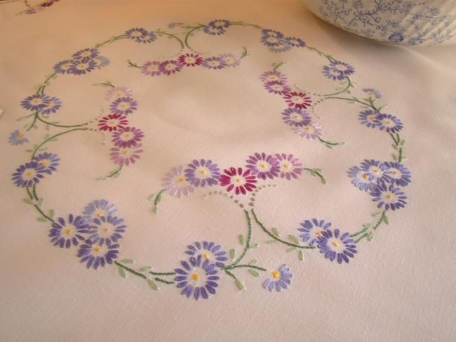 Epoustouflante nappe en lin brodée à la main de fleurs d'aster
