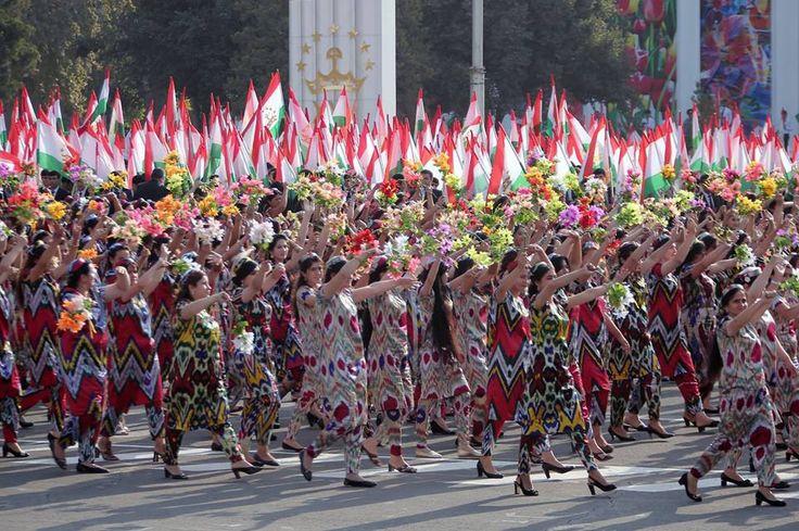 Tacikistan'ın bağımsızlığının 25. yıl dönümünü kutluyor.  Tacikistan'ın bağımsızlığını kazanmasının 25. yıl dönümü dolayısıyla başkent Duşanbe'deki Dostluk Meydanı'nda 50 binden fazla vatandaşın katıldığı geçit töreni düzenlendi.