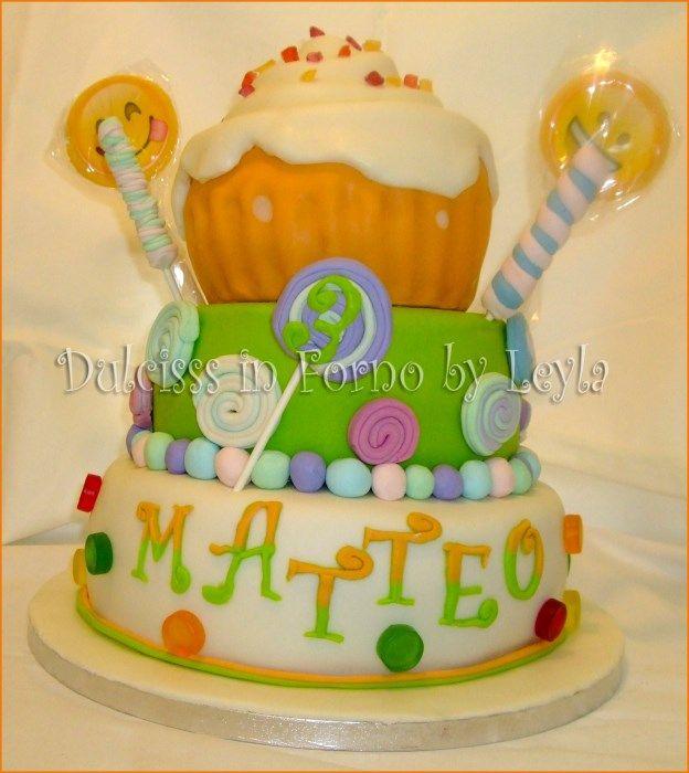 Torta cupcake gigante e lecca lecca, decorata in pasta di zucchero