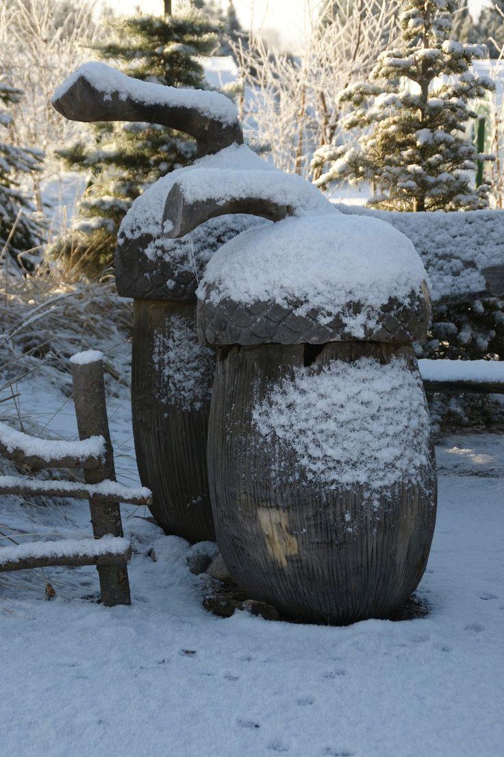 rzeźba w ogrodzie leśnym - żołędzie oprószone śniegiem Hortulus Dobrzyca