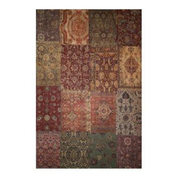 Vloerkleed Old Persian, prachtig contrast met de design bank en stoel, alleen de kleuren verbind ze met elkaar. Het vloerkleed zou ik aan de wand hangen.